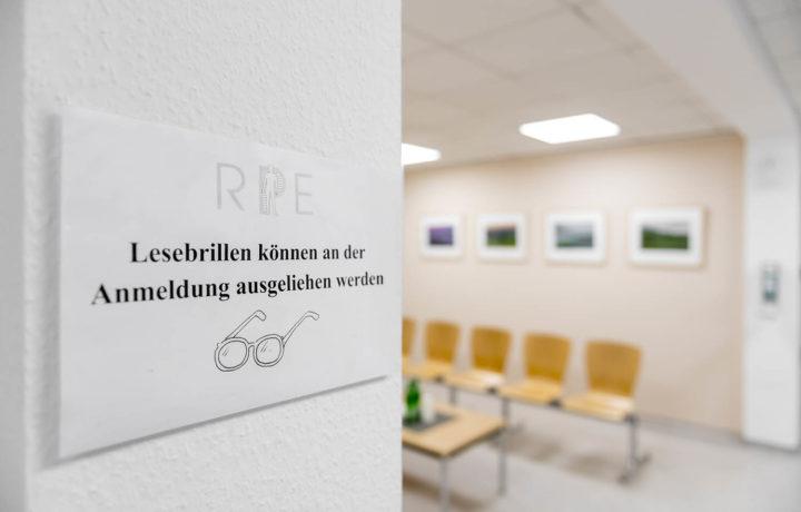 Wartezimmer_Lesebrille_Radiologische_Praxis_Erkelenz